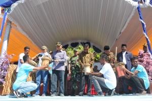 Wali Kota bersama Forkompimda Kota Ternate saat memukul beduk menandakan Festival Hiri 2017 dibuka dengan resmi.